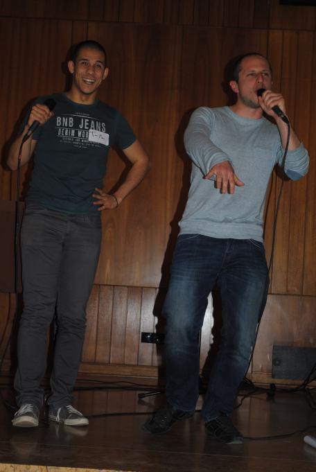 Improvisation rap de Thierry et Claudio, sous le regard avisé de Zweierpasch