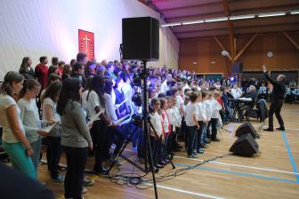 A Spicheren, avec un groupe d'écoliers, les choristes de Martin Folz et le CRL.