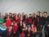 Quelques choristes accompagnés des chanteurs corses d'I Muvrini et des rappeurs Zweierpasch